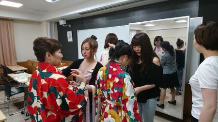 【專門學校・餐旅管理】【日本ホテルスクール】產學合作的授業「畢業典禮和服(袴)展示會」
